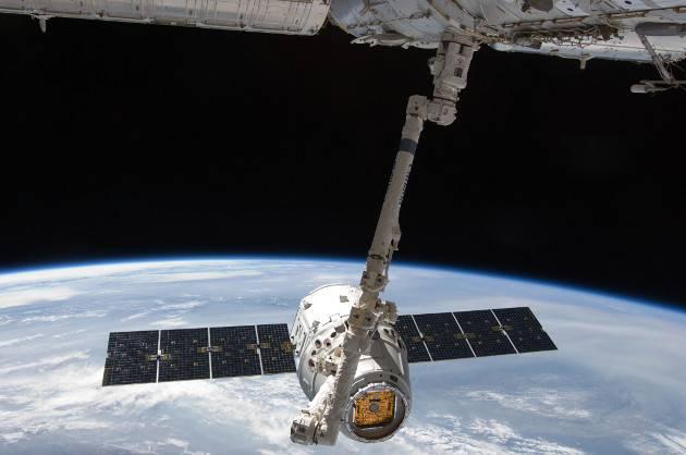 Dragon 吊舱与 ISS 机器手对接,2012 年 5 月 31 日
